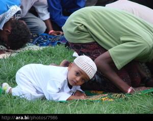 طفل-مسلم-من-أثيوبيا-يصلي-العيد-في-المصلى-مع-أبيه